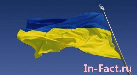 В центре Москвы неизвестные повесели большой флаг Украины